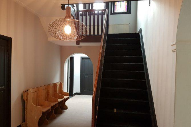 Dorpswoning De Pastorie-Villapparte-luxe vakantiehuis voor 12 personen-Noord Brabant-hal met trap