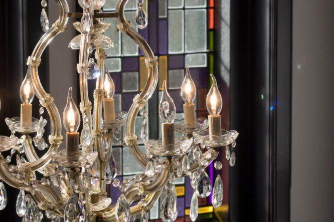 Dorpswoning De Pastorie-Villapparte-luxe vakantiehuis voor 12 personen-Noord Brabant-sfeer overloop met glas in lood ramen