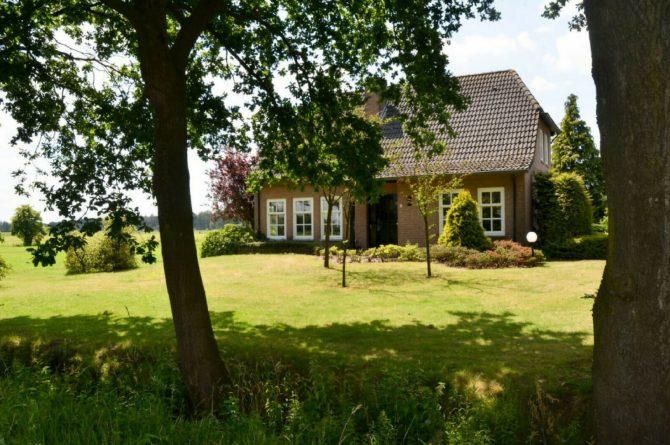 Dorpswoning De Plek - Villapparte - luxe vakantiehuis voor 10 personen - Noord Brabant - voorkant huis op afstand