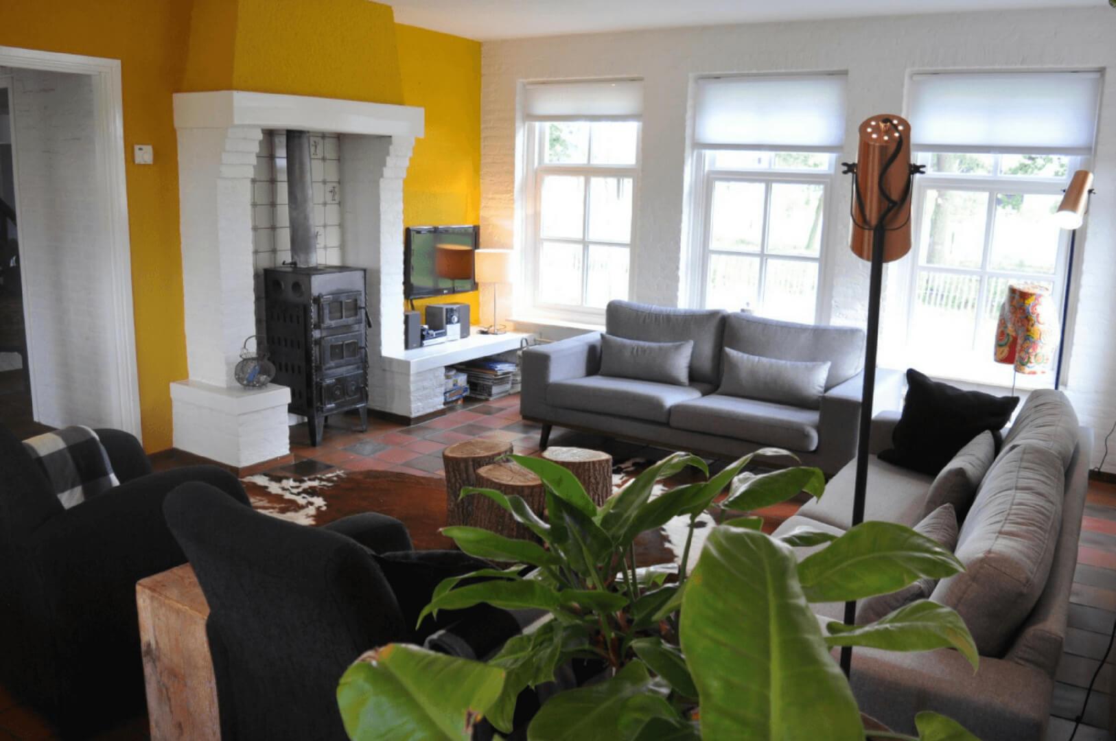 Dorpswoning De Plek - Villapparte - luxe vakantiehuis voor 10 personen - Noord Brabant - zithoek met houtkachel