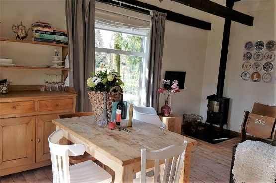 Dorpswoning Het Knusse - Villapparte -romantisch vakantiehuis voor 4 personen - Noord Brabant - eettafel