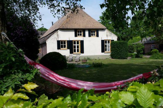 Dorpswoning De Boerderij - Villapparte - luxe vakantiehuis - 12 personen - Noord Brabant - tuin met hangmat