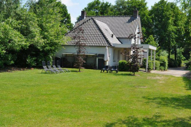 Dorpswoning Het Landelijke - Villapparte - luxe vakantiehuis voor 12 personen - Noord Brabant - uitzicht van de tuin op huis