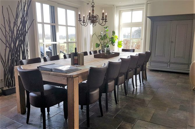 Dorpswoning Het Uitzicht - Villapparte - luxe vakantiehuis voor 14 personen - groepsaccommodatie - Noord Brabant - eettafel woonkamer