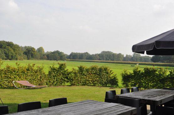 Dorpswoning Het Uitzicht - Villapparte - luxe vakantiehuis voor 14 personen - groepsaccommodatie - Noord Brabant - uitzicht tuin
