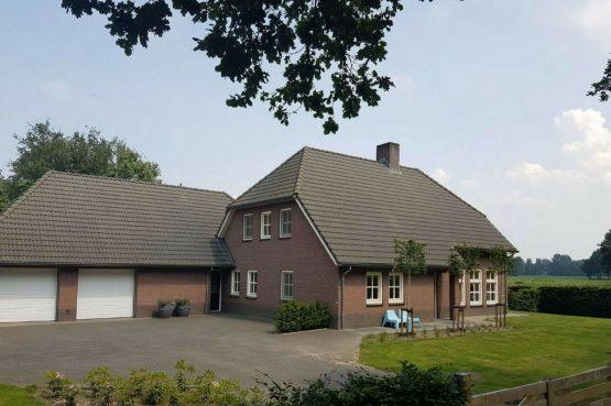 Dorpswoning Het Uitzicht - Villapparte - luxe vakantiehuis voor 14 personen - groepsaccommodatie - Noord Brabant - voorkant huis