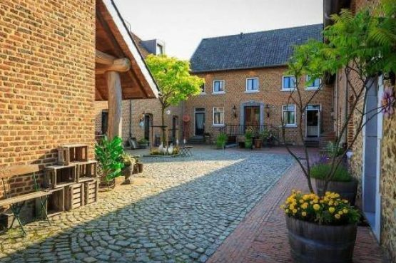 Vakantiehuis De Poel-Villapparte-Smockelaer-luxe groepsaccommodatie-26 personen-Zuid Limburg-binnenplaats