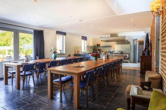Vakantiehuis La Mairie-Villapparte-De Smockelaer-luxe vakantiehuis voor 35 personen-België-groepsaccommodatie-complete keuken met eettafel