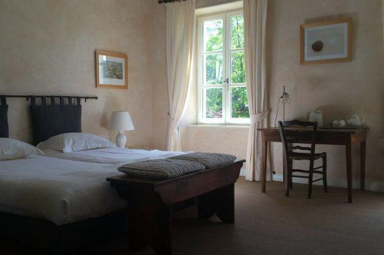 La Cerisaie-Villapparte-Unieke chambres d'hôtes met zwembad-Gîtes en studio-Languedoc Roussillon-Riols- romantische slaapkamer