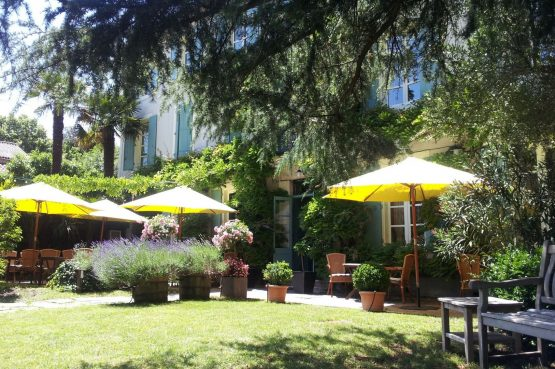 La Cerisaie-Villapparte-Unieke chambres d'hôtes met zwembad-Gîtes en studio-Languedoc Roussillon-Riols- tuin met zitjes