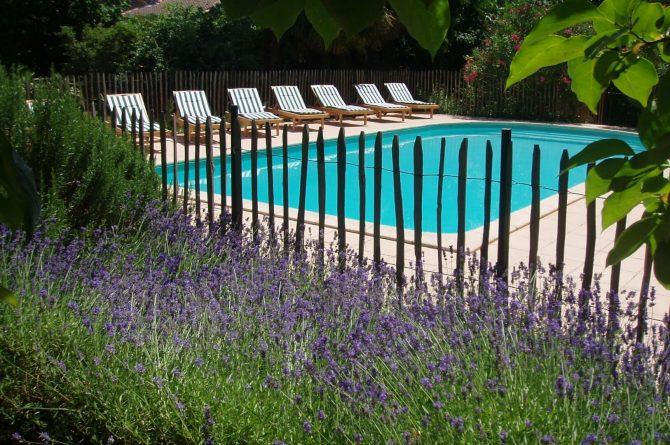 La Cerisaie-Villapparte-Unieke chambres d'hôtes met zwembad-Gîtes en studio-Languedoc Roussillon-Riols- zwembad met ligbedden