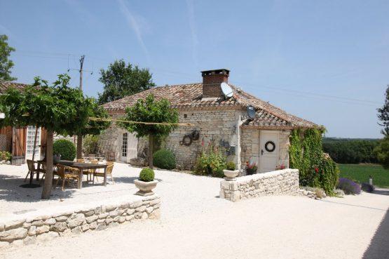 Les Fontanelles-Villapparte-een charmant en kleinschalig Gîte complex met zwembad-de Lot- Frankrijk-Fermette met terras