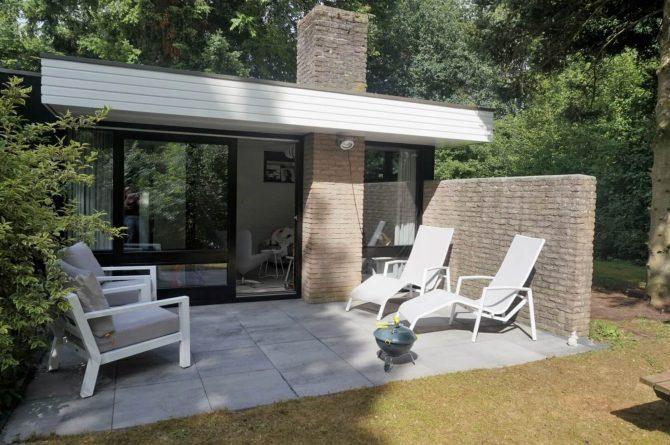 Vakantiehuis de Bosbries-Villapparte-luxe vakantiebungalow-Drenthe-voor 5 personen-terras met ligstoelen