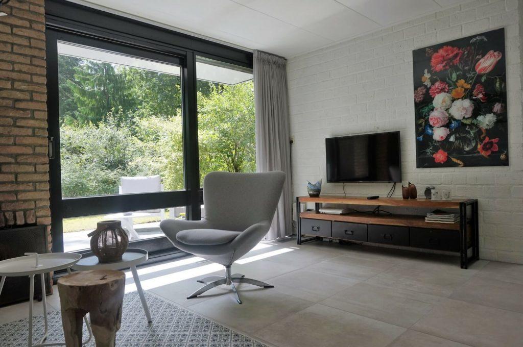 Vakantiehuis de Bosbries-Villapparte-luxe vakantiebungalow-Drenthe-voor 5 personen-woonkamer met uitzicht op bostuin