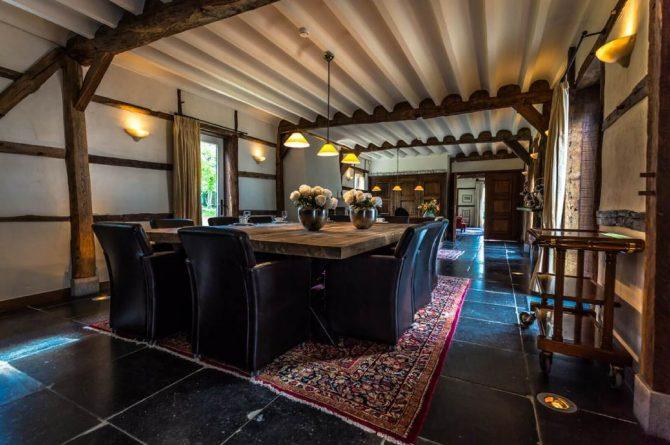 Vakantiehuis & Landgoed AgenBeuke-Villapparte-De Smockelaer-luxe vakantiehuis voor 20 personen-binnen zwembad-groepsaccommodatie-Zuid Limburg-eettafel