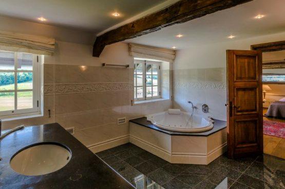Vakantiehuis & Landgoed AgenBeuke-Villapparte-De Smockelaer-luxe vakantiehuis voor 20 personen-binnen zwembad-groepsaccommodatie-Zuid Limburg-luxe badkamer