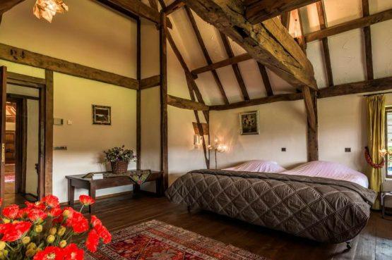 Vakantiehuis & Landgoed AgenBeuke-Villapparte-De Smockelaer-luxe vakantiehuis voor 20 personen-binnen zwembad-groepsaccommodatie-Zuid Limburg-nostalgische slaapkamer
