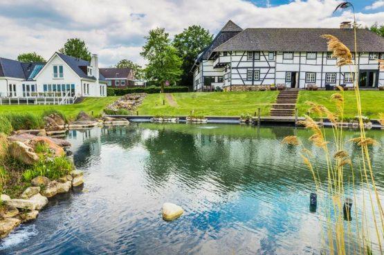 Vakantiehuis & Landgoed AgenBeuke-Villapparte-De Smockelaer-luxe vakantiehuis voor 20 personen-binnen zwembad-groepsaccommodatie-Zuid Limburg-prachtige aangelegde tuin