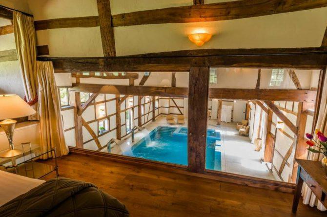 Vakantiehuis & Landgoed AgenBeuke-Villapparte-De Smockelaer-luxe vakantiehuis voor 20 personen-binnen zwembad-groepsaccommodatie-Zuid Limburg-slaapkamer met uitzicht op zwembad