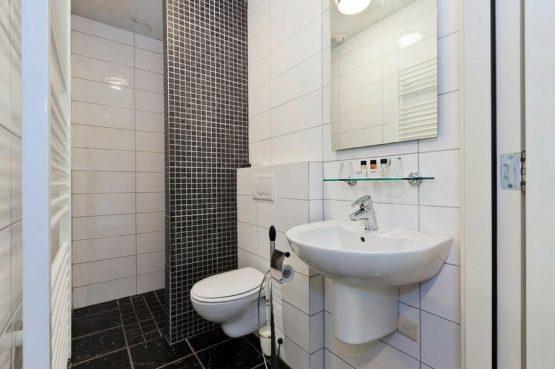 Vakantiehuis Roebelsbos-Villapparte-De Smockelaer-luxe groepsaccommodatie voor 20 personen-Zuid Limburg_badkamer met douche