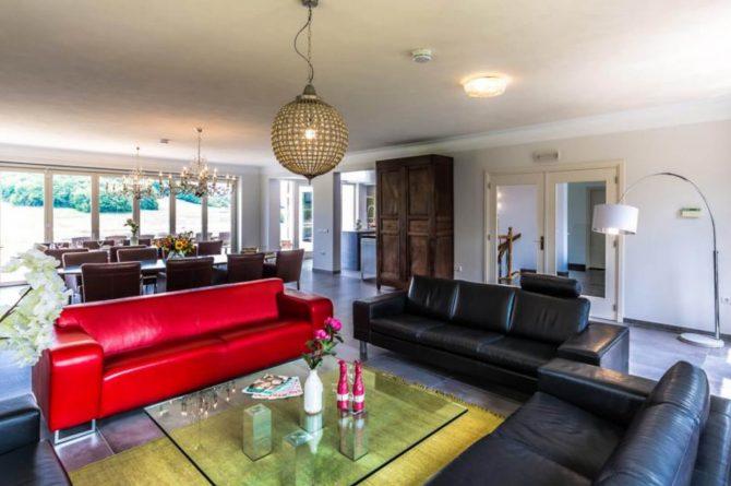 Vakantievilla Schweiberg-Villapparte-De Smockelaer-luxe vakantiehuis voor 18 personen-binnen zwembad-groepsaccommodatie-Zuid Limburg-ruime zithoek in woonkamer