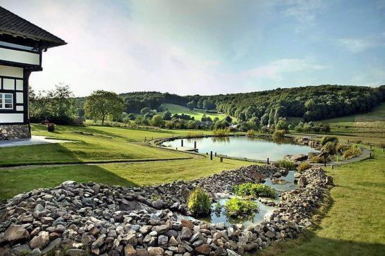 Vakantievilla Schweiberg-Villapparte-De Smockelaer-luxe vakantiehuis voor 18 personen-binnen zwembad-groepsaccommodatie-Zuid Limburg-tuin met uitzicht