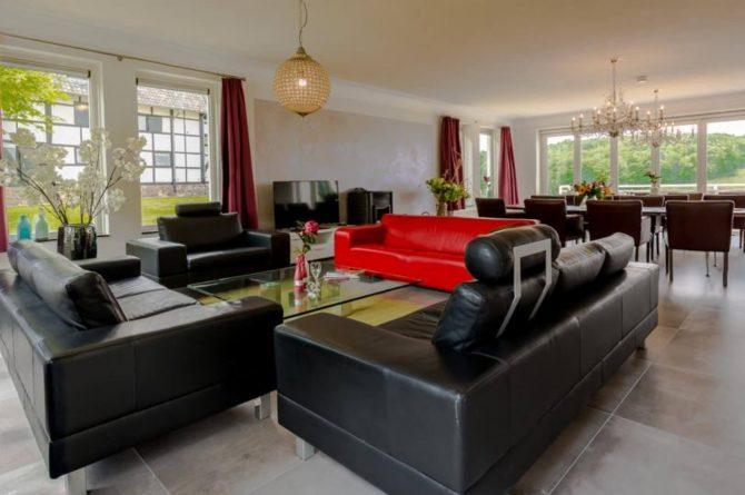 Vakantievilla Schweiberg-Villapparte-De Smockelaer-luxe vakantiehuis voor 18 personen-binnen zwembad-groepsaccommodatie-Zuid Limburg-woonkamer met zithoek