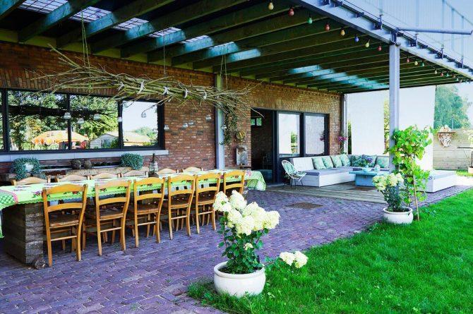 Villapparte-Luxe vakantiehuis De Lieshoeve-Arendonk-groepsaccommodatie voor 12 personen-overkapping met eettafel voor 12 personen
