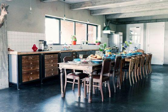 Villapparte-Luxe vakantiehuis De Lieshoeve-Arendonk-groepsaccommodatie voor 12 personen-robuuste keuken met eettafel