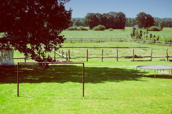Villapparte-Luxe vakantiehuis De Lieshoeve-Arendonk-groepsaccommodatie voor 12 personen-uitzicht tuin met trampoline