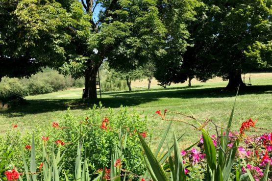 Villapparte_Lys d'avril_luxe vakantiehuizen met zwembad in Haute Vienne_6 personen_prachtige bloementuin
