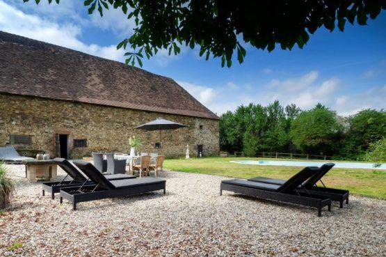 Villapparte_Lys d'avril_luxe vakantiehuizen met zwembad in Haute Vienne_6 personen_zwembad met ligbedden