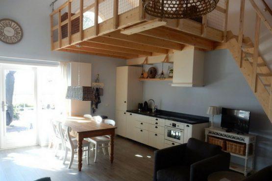Villapparte-Vecht en Weide-Luxe vakantiehuis Scholekster-Weesp-keuken met vide