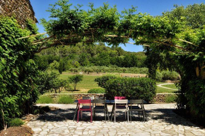 Villapparte_chambres d'hôtes deluxe_Mas la Buissonnière_terras met uitzicht tuin