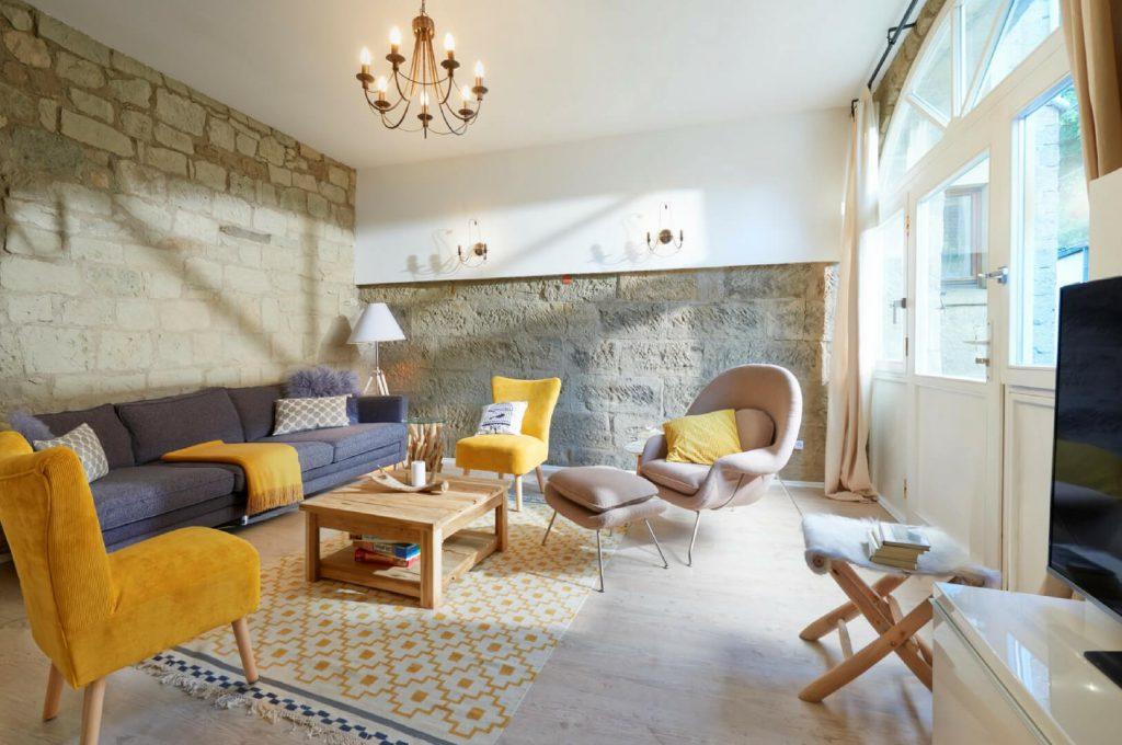 Villapparte-luxe vakantiehuis Lemontree met sauna - 7 personen -Vulkaan Eifel - Duitsland - woonkamer met knuffel bank