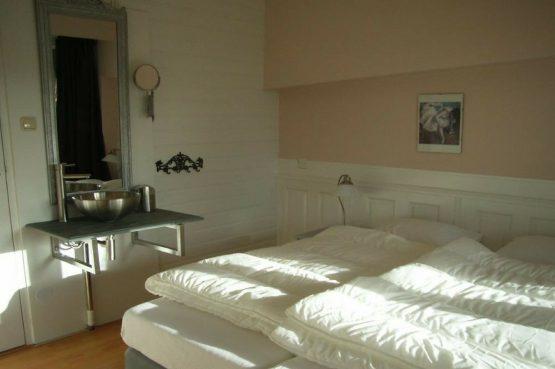 Villapparte_appartement La Mer_vakantiehuis aan zee_Egmond aan Zee_4 personen_uitzicht op zee_slaapkamer met wastafel