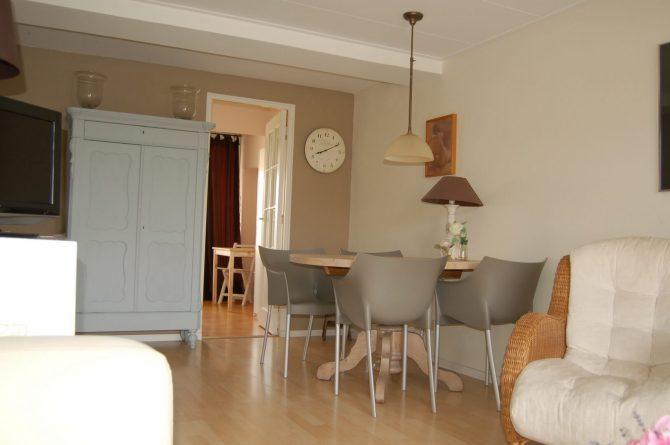 Villapparte_appartement La Mer_vakantiehuis aan zee_Egmond aan Zee_4 personen_uitzicht op zee_woonkamer met eettafel