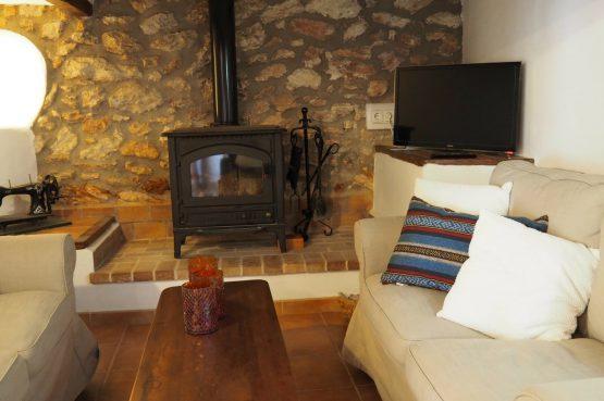 Villapparte - Casa la Vida - luxe vakantiehuis voor 6 personen met zwembad - Ibiza - woonkamer met houtkachel