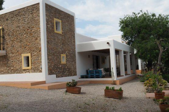 Villapparte - Casa la Vida - luxe vakantiehuis voor 6 personen met zwembad - Ibiza - zijkant vakantiehuis met terras