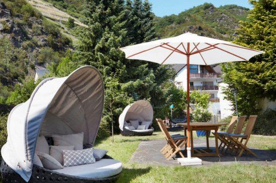 Villapparte-luxe vakantiehuis Appletree met sauna - 12 personen -Moezel - Duitsland -Tuin met loungestoelen