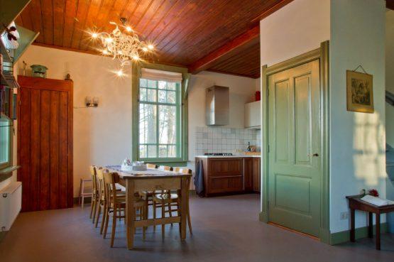 De Oude Zondagschool-Villapparte-sfeervol en romantisch vakantiehuis-6 personen-Gelderland-Achterhoek-eethoek en keuken