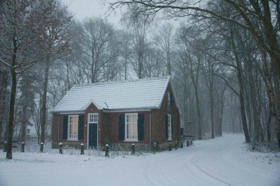 De Oude Zondagschool-Villapparte-sfeervol en romantisch vakantiehuis-6 personen-Gelderland-Achterhoek-voorkant huis met sneeuw