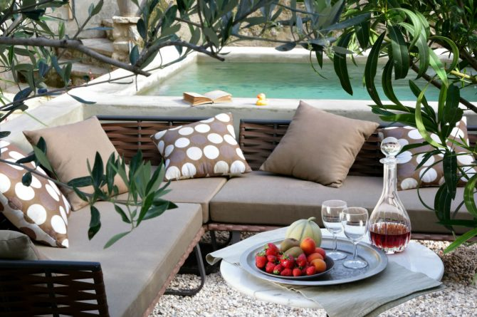 Maison de Maître Des-Sens-Villapparte-luxe en authentieke vakantieappartementen met zwembad-Drôme-Provence-lounge hoek met zwembad