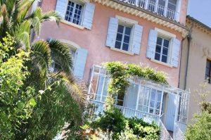Maison de Maître Des-Sens-Villapparte-luxe en authentieke vakantieappartementen met zwembad-Drôme-Provence-sfeerbeeld achterkant huis