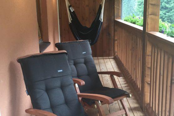 MandlWand Lodge - Villapparte - 9 luxe appartementen met Sauna Welness - Salzburgerland - Oostenrijk - balkon met ligstoelen