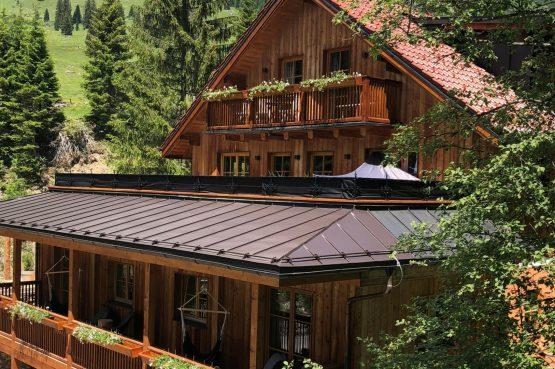 MandlWand Lodge - Villapparte - 9 luxe appartementen met Sauna Welness - Salzburgerland - Oostenrijk - voorkant lodge zomer
