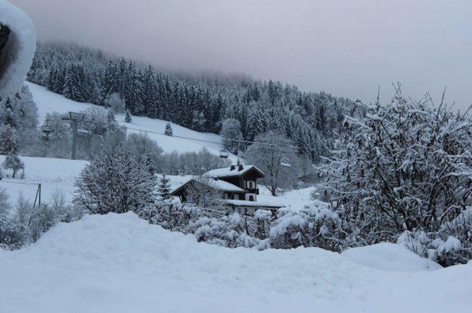 La Belle Bubble Lodge_Villapparte_unieke mountain lodge_appartement_Bed en Breakfast_Haute Savoie_Buitenspa_uitzicht op lodge in winter