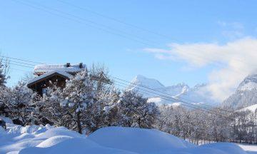 La Belle Bubble Lodge_Villapparte_unieke mountain lodge_appartement_Bed en Breakfast_Haute Savoie_Buitenspa_winterplaatje lodge met uitzicht op de bergen