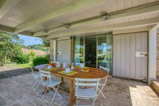 Villapparte-Belvilla-Vakantie Casa Strappa Le Marche in Italië-vakantiehuis voor 2 personen-overdekte zithoek