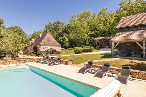 Villapparte-Belvilla-Vakantieboerderij Le Repaire-Dordogne-authentiek-met zwembad en ligbedden